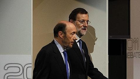 Rajoy y Rubalcaba, instantes antes del debate que mantuvieron durante la pasdada campaña electoral